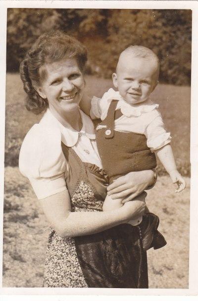 1942 mit meiner Mutter © Wolfgang Stoephasius