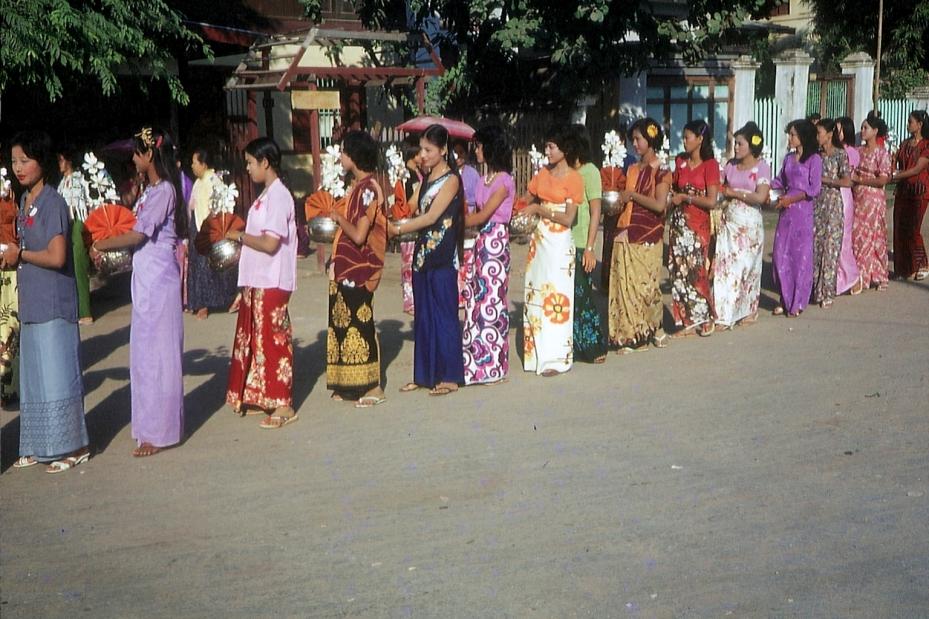 Frauen im Longyi © Wolfgang Stoephasius
